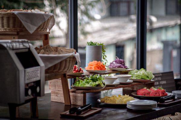 kokotel Bed&Cafe เชียงใหม่ ที่มีอาหารให้รัปประทานเล่นและเครื่องดื่มให้เลือกนานาชนิด