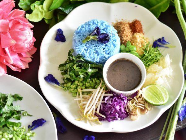 อาหารที่มีสีสันน่าทานในจานเดียวก็ต้องเป็น เมนูข้าวยำปักษ์ใต้ หรอยอย่างแรง